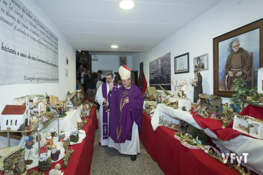 El obispo auxiliar Esteban Escudero, acompañado por el provincial de los Capuchinos, José Vicente Esteve, bendice los belenes.