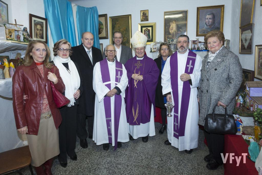 Foto de familia con el obispo Esteban Escudero, dominicos y Amigos de San Antonio.