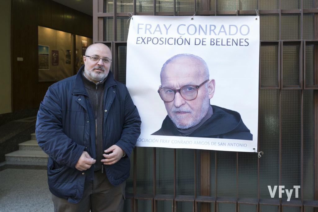 Manolo guallart, director de Valencia, Fiesta y Tradición, en la entrada del Convento de San José junto al cartel que presenta la Exposición de Belenes de Fray Conrado.