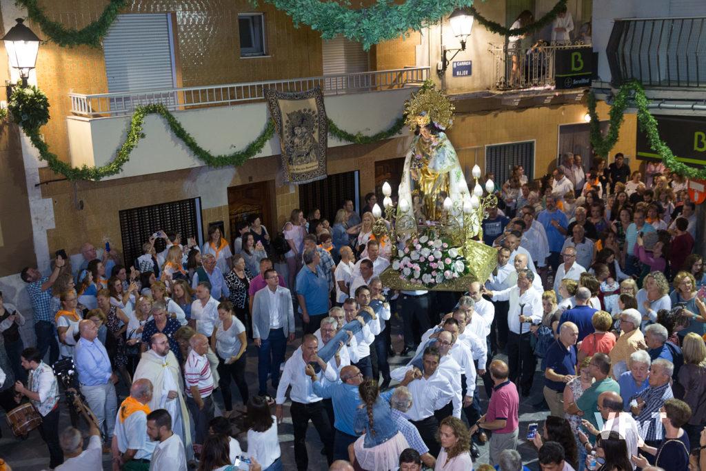 José Luis Albiach, dirigiendo a los portadores de la Virgen en la visita de la imagen peregrina a Náquera. Foto de Manolo Guallart.