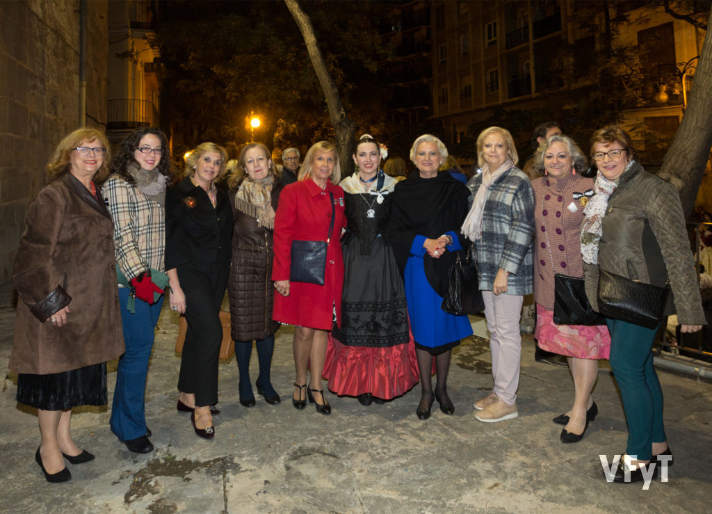 Vicentinos tras la multitudinaria XXXI Dansà Popular de l' Altar del Mocadoret (Mª José Moll en el centro con indumentaria valenciana). Foto de Manolo Guallart.