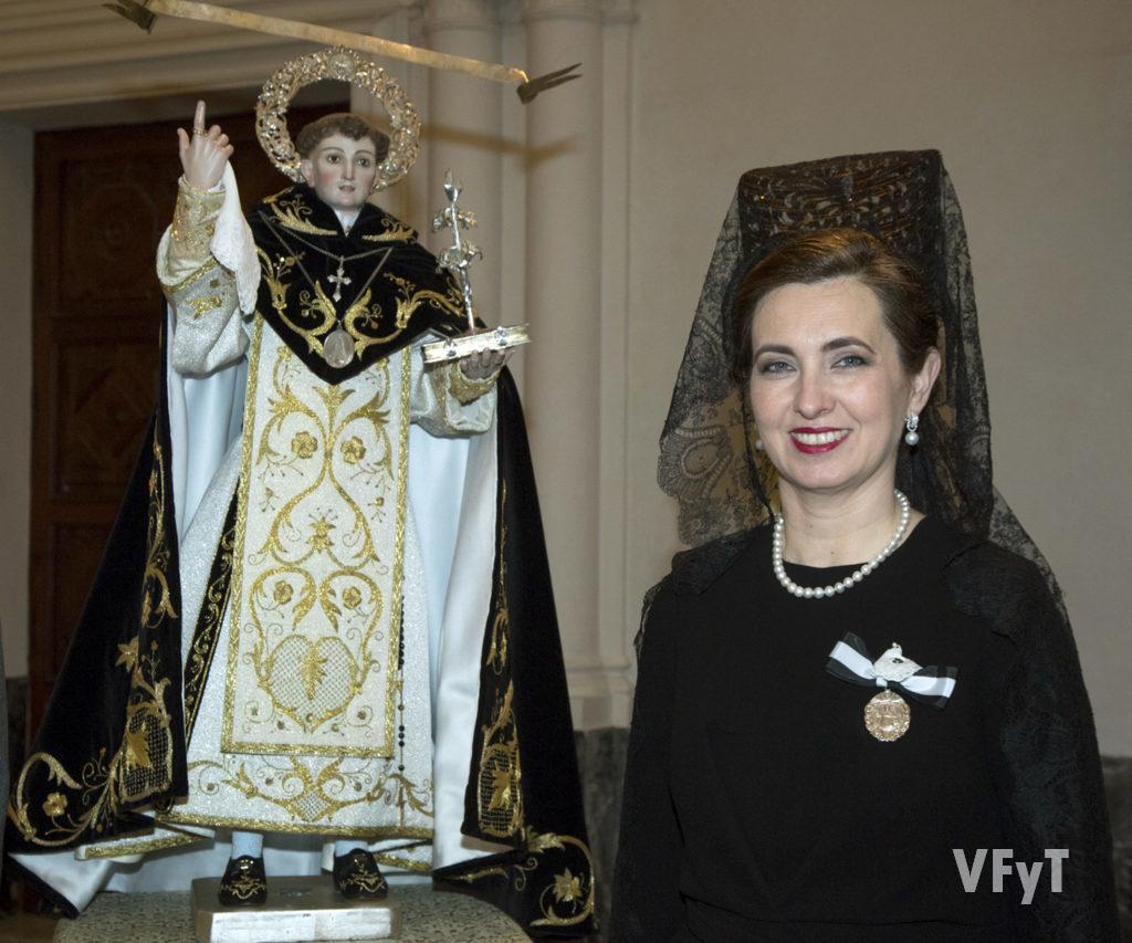 Mª Jesús Moll en la celebración del altar en la parroquia de San Martín con la imagen de San Vicente Ferrer del Mocadoret. Foto de Manolo Guallart.