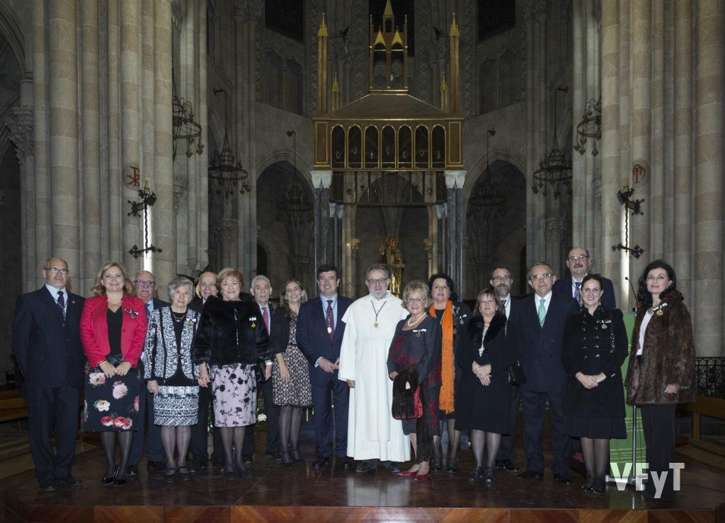 Con los miembros del Altar de San Vicente Ferrer de Colón (José Luis Albiach, a la izquierda). Foto de Manolo Guallart.