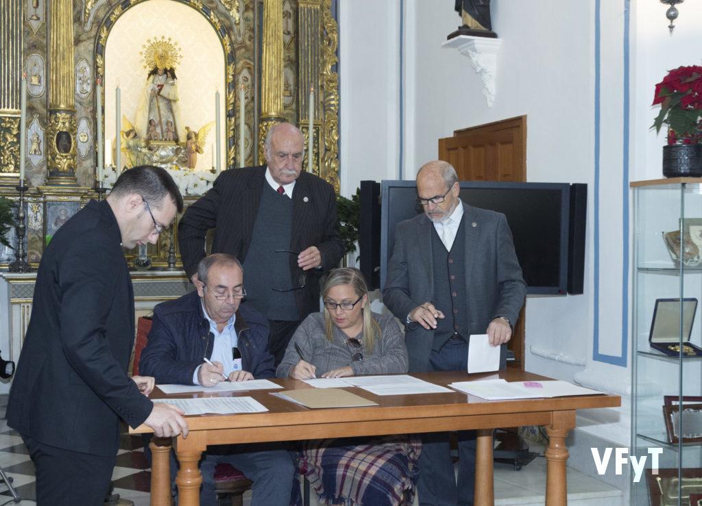Recuento de votos en el Capitulet por las elecciones en la Hermandad de Seguidores de la Virgen. Foto de Manolo Guallart.