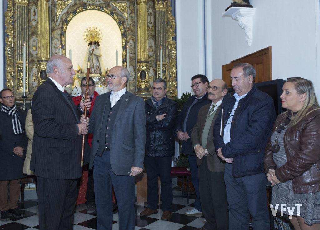 Juan Arturo Devís entrega el bastón de mando a José Luis Albiach, nuevo presidente de la Hermandad de Seguidores de la Virgen. Foto de Manolo Guallart.