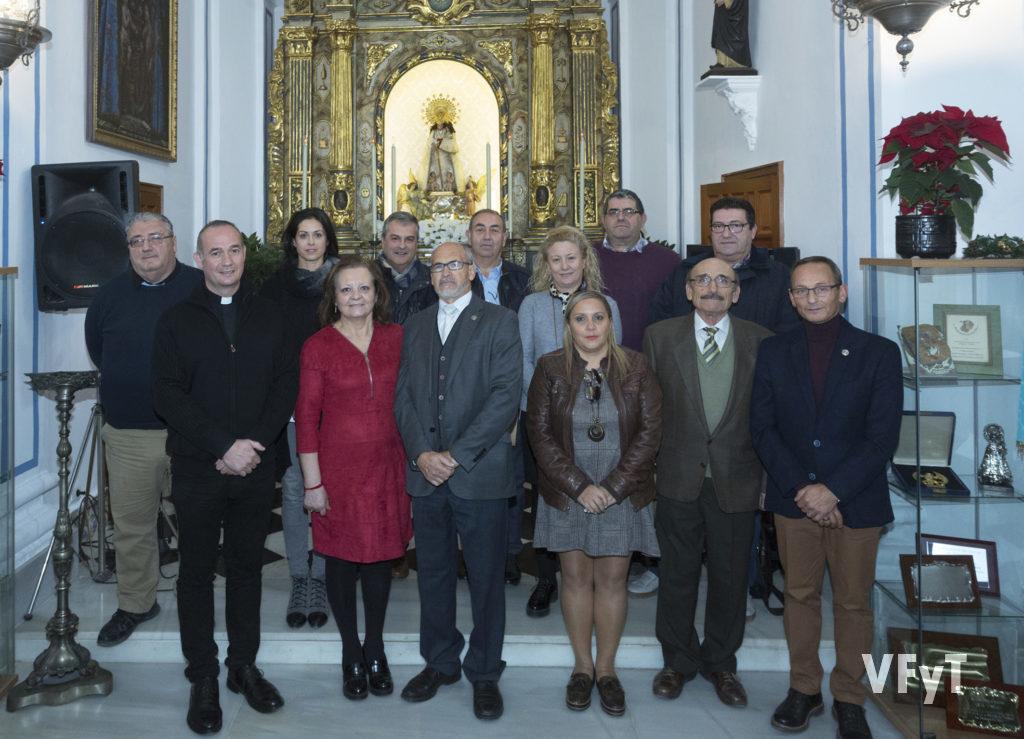 La nueva directiva de la Hermandad de Seguidores de la Virgen, con Álvaro Almenar, vice-rector de la Basílica. Foto de Manolo Guallart.