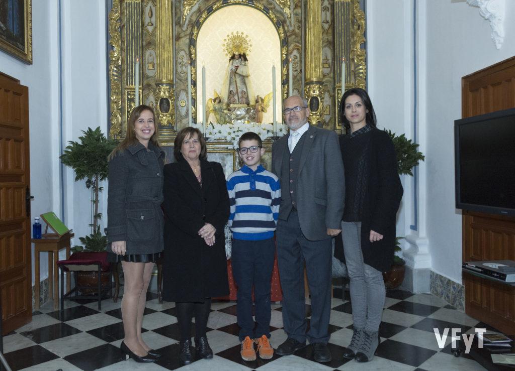 José Luis Albiach, junto con su mujer, sus dos hijas y su nieto, recién nombrado presidente de la Hermandad. Foto de Manolo Guallart.