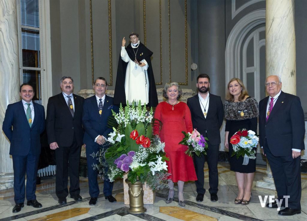 Carmela Morell, el día de su nombramiento como Honorable Clavariesa de las Fiestas Vicentinas, en el Salón de Cristal del Ayuntamiento de Valencia, con la directiva de la Junta Central Vicentina. Foto Manolo Guallart.