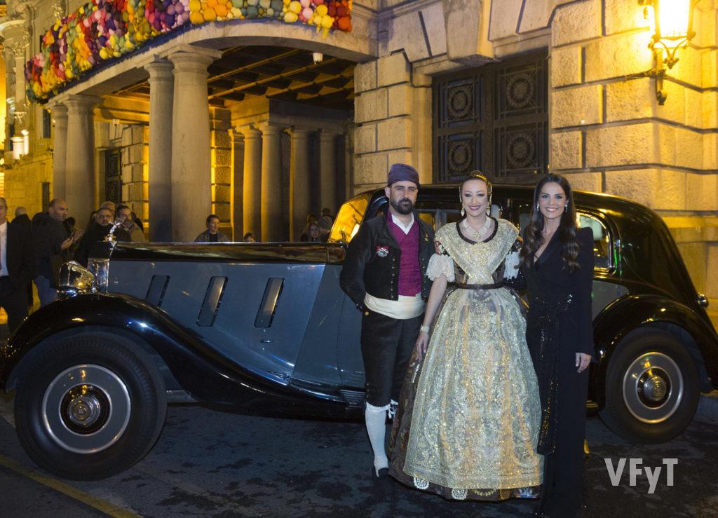 Rocío Gil, Fallera Mayor de Valencia, con Pere Fuset (presidente de JCF) y su mantenedora Ana Cuesta. Foto de Manolo Guallart.