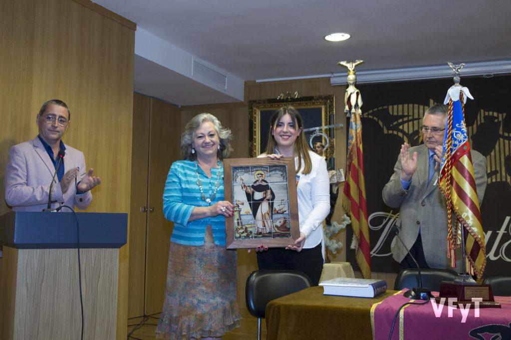 Carmela Morell con Noelia Durbán, Regina dels Jocs Florals, en el Salón Constantí Llombart de Lo Rat Penat, tras la lectura del veredicto del Concurso de Milagros de San Vicente. Foto de Manolo Guallart.