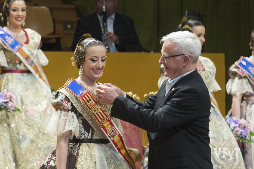 El alcalde de Valencia, Joan Ribó, impone la banda como Fallera Mayor de Valencia a Rocío Gil. Foto de Manolo Guallart.