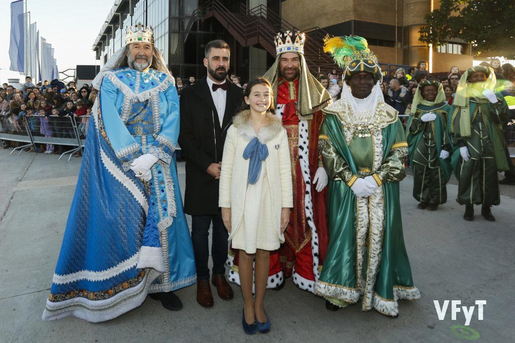 Los Reyes Magos, esta tarde en el Puerto de Valencia, con el concejal Pere Fuset y la Fallera Mayor Infantil de Valencia, Daniela Gómez. Foto de Manolo Guallart.
