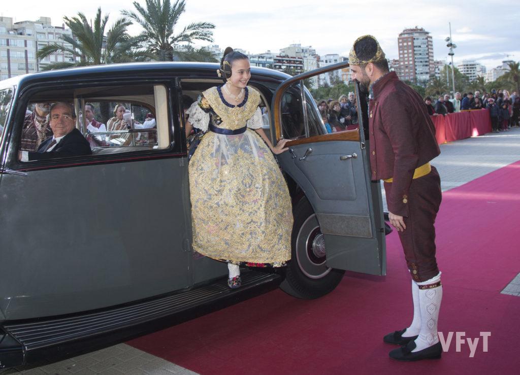 Pere Fuset recibe a Daniela Gómez en el Palau de la Música en el acto de su exaltación como Fallera Mayor Infantil de Valencia. Foto de Manolo Guallart.