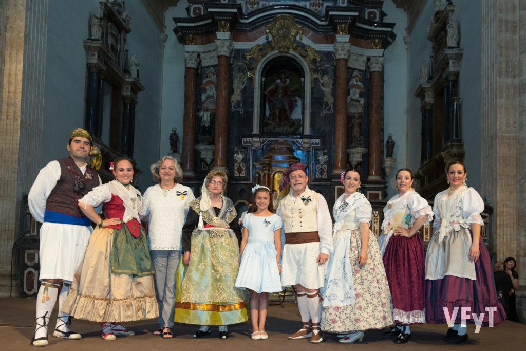 Carmela Morell posa con una representación del Grup de Danses del Altar de Russafa durante la celebración del 30º aniversario del grupo que tuvo lugar en San Miguel de los Reyes. Foto de Manolo Guallart.