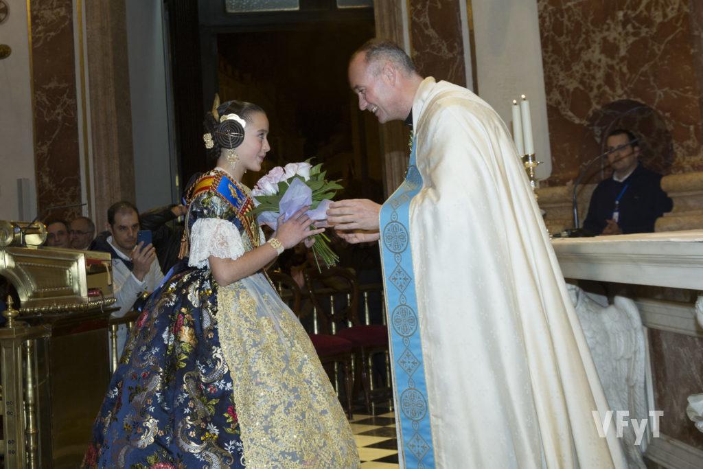Ofrenda de Daniela Gómez, Fallera Mayor Infantil de Valencia, a la Virgen de los Desamparados en la Basílica . Foto de Manolo Guallart.