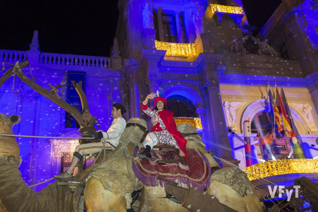 La Mensajera Caterina a su llegada al ayuntamiento de Valencia. Cabalgata de los Reyes Magos en Valencia. Foto de Manolo Guallart.
