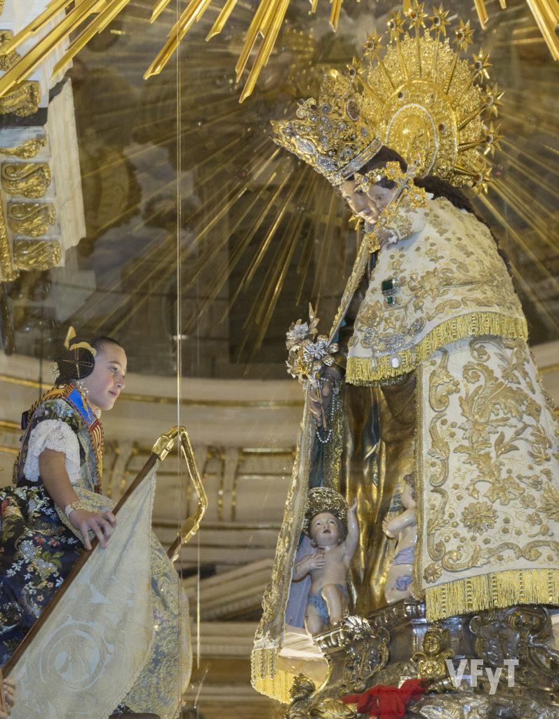 Daniela Gómez, Fallera Mayor Infantil de Valencia, ante la Virgen de los Desamparados. Foto de Manolo Guallart.