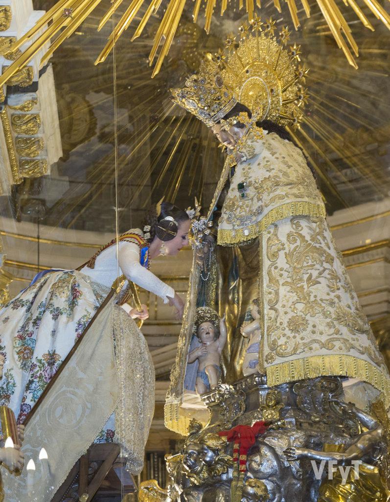 Rocío Gil, Fallera Mayor de Valencia, ante la Virgen de los Desamparados. Foto de Manolo Guallart.