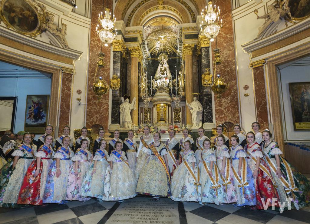 Las Falleras Mayores de Valencia con sus Cortes de Honor, en la Basílica de la Virgen de los Desamparados. Foto de Manolo Guallart.