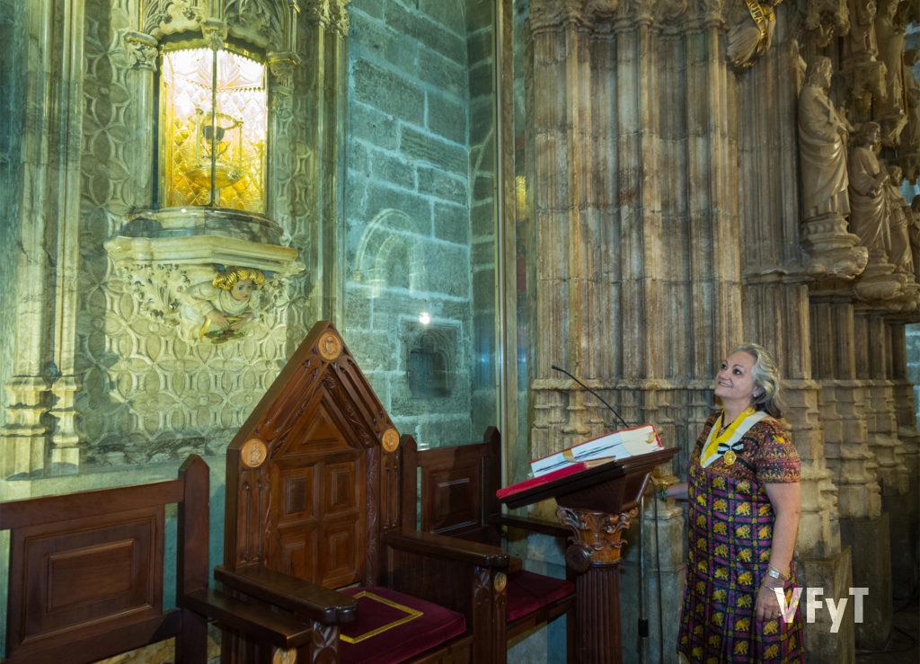 Carmela Morell, Dama del Santo Cáliz, durante la peregrinación de la Junta Central Vicentina a la capilla de la sagrada reliquia. Foto de Manolo Guallart.