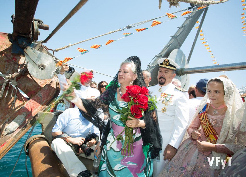 Carmela Morell, acompañada por el Comandante Naval en la ofrenda floral a la Virgen del Carmen en el Puerto de Valencia. Foto de Manolo Guallart.
