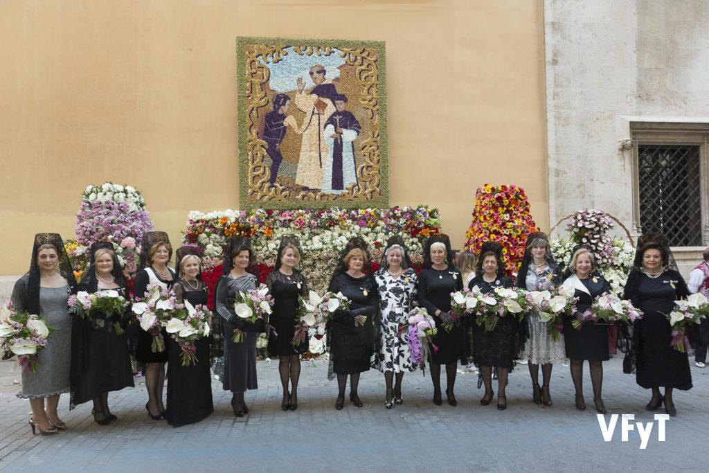 Carmela Morell con Honorables Clavariesas de año santeriores junto al tapiz floral de la Casa Natalicia antes de la ofrenda al santo el día de la fiesta. Foto de Manolo Guallart.