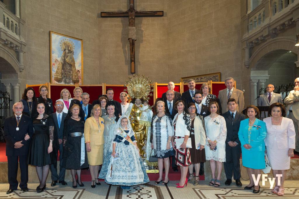 Carmela Morell con los Clavarios Mayores y presidentes de altar vicentinos en el acto del Besamano a la Virgen de los Desamparados en la capilla de la Escolanía. Foto de Manolo Guallart.