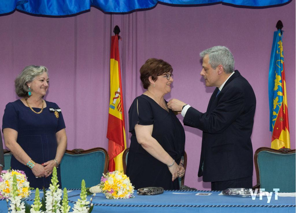 Carmela Morell observa la imposición de la medalla a la Clavariesa Mayor del Altar de la Playa. Foto de Manolo Guallart.