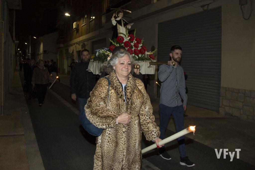 Carmela Morell acompaña a la imagen de San Vicente Ferrer del Altar del Almàssera durante el traslado hasta el Centro Cultural. Foto de Manolo Guallart.