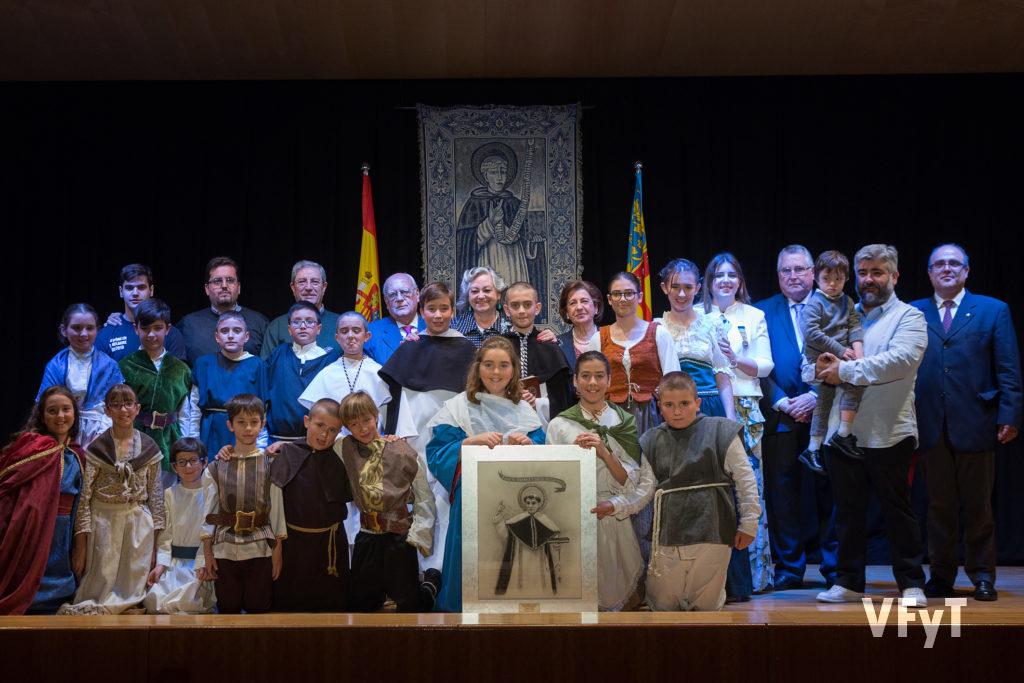 Carmela Morell posa con el Altar del Tossal, ganador del Concurso de Milagros de San Vicente Ferrer durante la entrega de los premios en el Auditorio de la ONCE. Foto de Manolo Guallart.