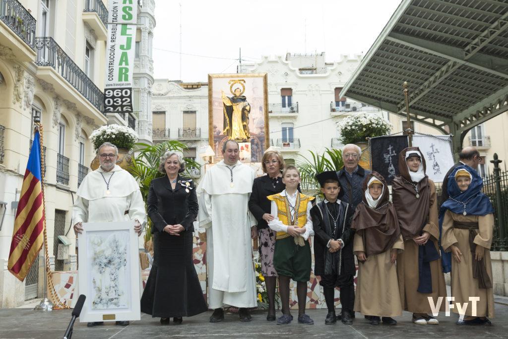 Carmella Morell acompaña al Altar del Mercado de Colón tras la Subida de la imagen de San Vicente Ferrer al altar. Foto de Manolo Guallart.