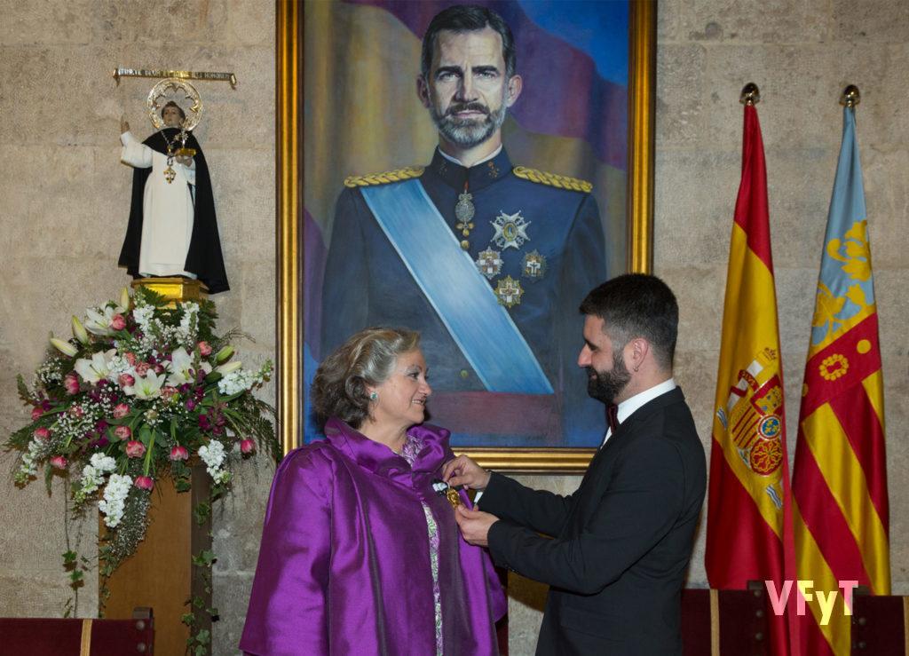 Carmela Morell recibe de Pere Fuset, presidente de la Junta Central Vicentina, la medalla como Honorable Clavariesa de las Fiestas Vicentinas 2017, en un acto celebrado en el Salón del Trono del Antiguo Convento de Santo Domingo. Foto de Manolo Guallart.
