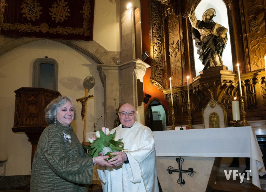 Carmela Ofrenda en la ofrenda floral a San Vicente Ferrer durante la eucaristía de Acción de Gracias en la Casa Natalicia. Foto de Manolo Guallart.