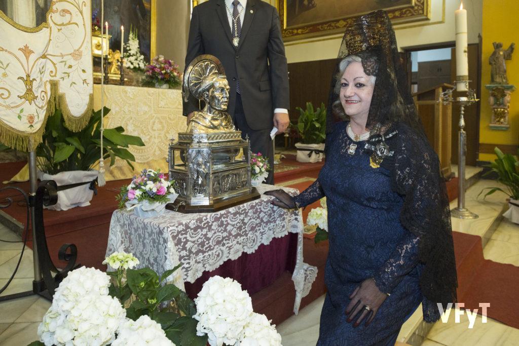 Durante las celebraciones del Altar de La Cañada, Carmela Morell venera la reliquia de San Vicente Ferrer del Colegio Imperial de Niños Huérfanos. Foto de Manolo Guallart.