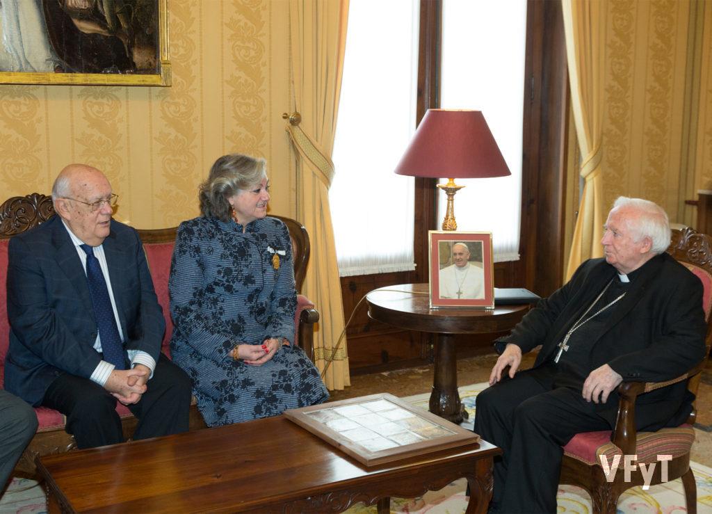 Carmela Morell en la audiencia con el arzobispo de Valencia, cardenal Antonio Cañizares, en el Palacio Arzobispal, acompañada por el Vicepresidente 1º de la JCV, José Miguel Gutiérrez. Foto de Manolo Guallart.