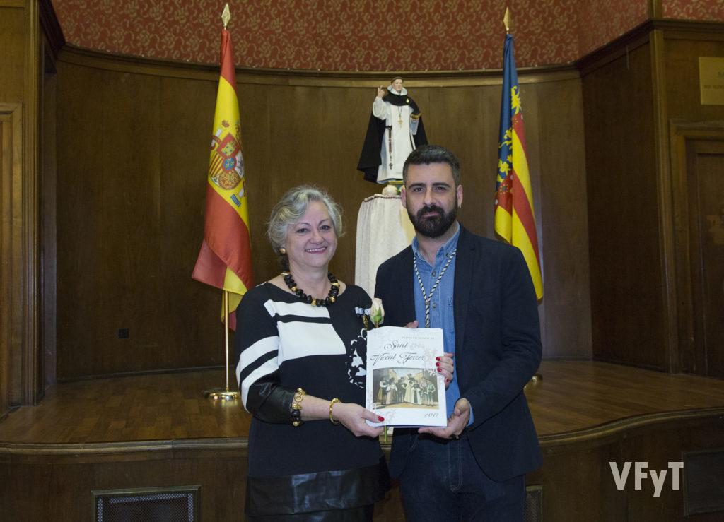 Carmela Morll con Pere Fuset, presidente de la Junta Central Vicentina, en la presentación del Libro Oficial que tuvo lugar en el Ateneo Mercantil.