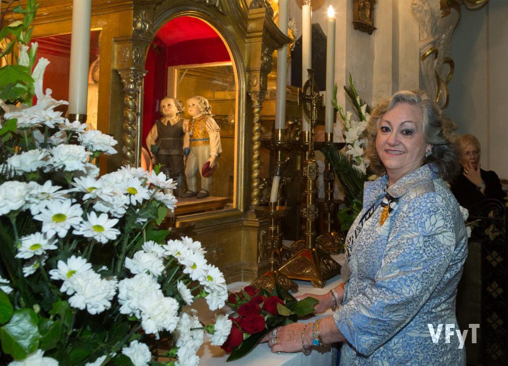 Carmela Morell en la ofrenda floral a San Vicente Ferrer en el acto del Pregón que organiza el Altar del Mercat en la parroquia de los Santos Juanes. Foto de Manolo Guallart.