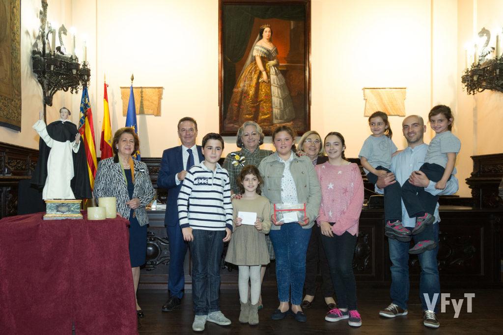 Carmela Morell acompaña a los niños del Altar del Mercat como ganadores en la entrega de los premios del Concurso de la Vida de San Vicente Ferrer, acto que tuvo lugar en el Colegio Notarial de Valencia. Foto de Manolo Guallart.