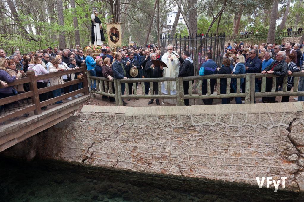 Tradicional rogativa a San Vicente Ferrer y bendición de las aguas del lago en la ermita del Llíria. foto de Manolo Guallart.