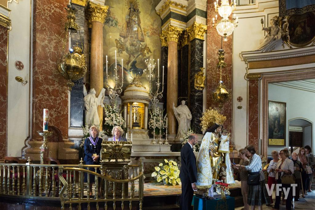El multitudinario Besamano popular que se celebra en la Basílica de la Virgen de los Desamparados diez días después de la fiesta. Foto de Manolo Guallart.