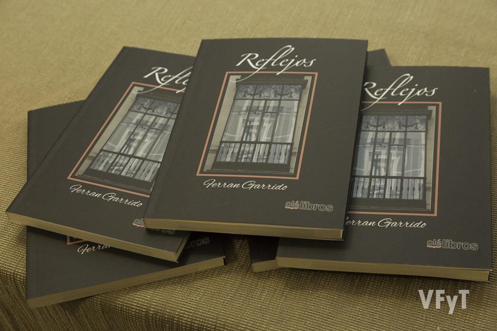'Reflejos, poemario de Ferran Garrido Foto de Manolo Guallart.