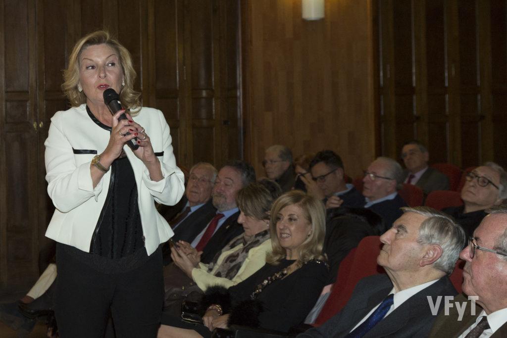 Ana Subiela, esposa y musa del poeta Ferran Garrido, recitando un poema ante el público asistente a presentación de 'Reflejos'. Foto de Manolo Guallart.