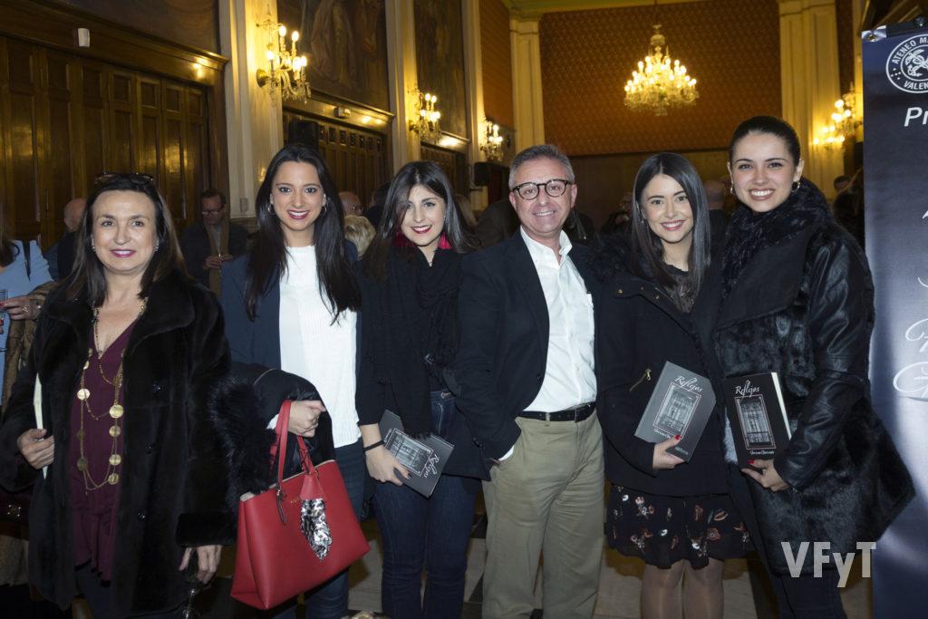 Varias falleras de la Corte de Honor 2017 (donde Ferran Garrido ejercició de jurado), con el autor de 'Reflejos'. Foto de Manolo Guallart.