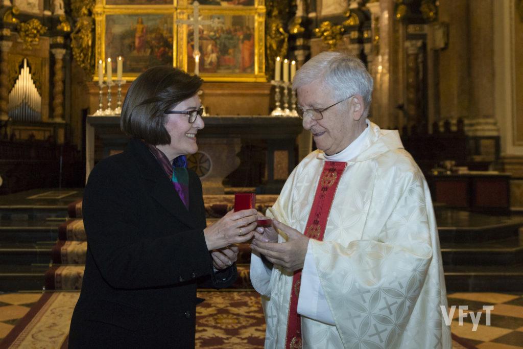 María jesús Arlandis, presidenta de la Hospitalidad Valenciana de Lourdes, entrega una medalla al hasta ahora consiliario, Vicente Video. Foto de Manolo Guallart.