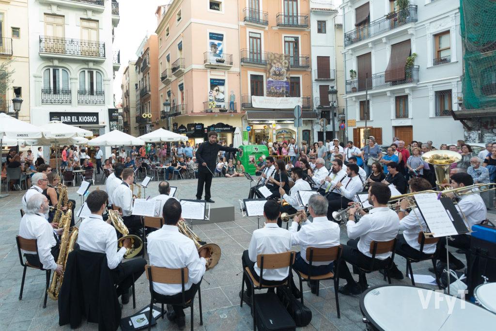 El director musical Vicente Gabarda en una reciente actuación con la Unió Musical Centre Històric en la Plaza del Collado. Foto de Manolo Guallart.