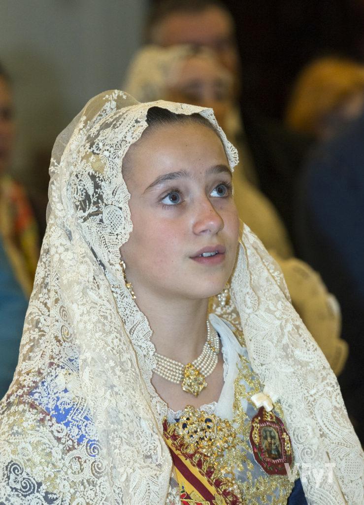 Daniela Gómez, Fallera Mayor INfantil de Valencia, en la Ofrenda a la Virgen en la Basílica. Foto de Manolo Guallart.