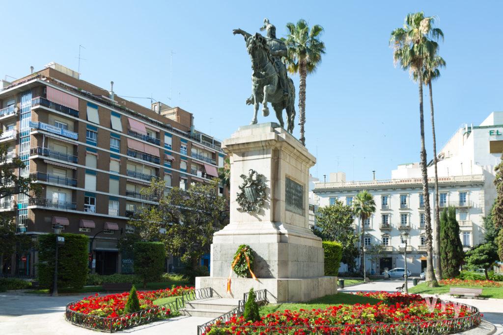 Plaza Alfonso El Magnánimo, con la estatua ecuestre del Rey Don Jaime. Foto de Manolo Guallart.