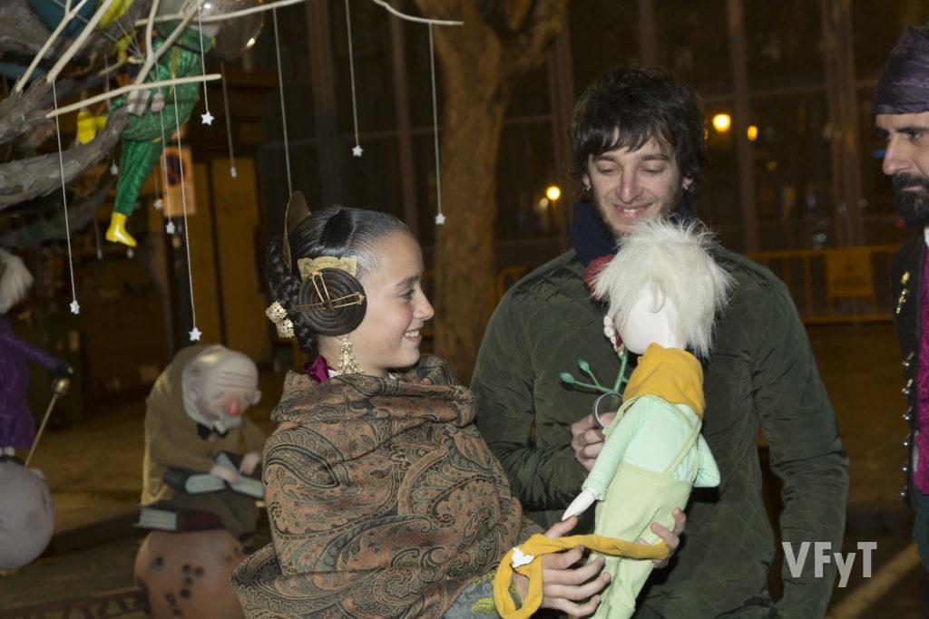 Miguel H con Daniela Gómez en los momentos previos a la cremà de la Falla Infantil. Foto de Manolo Guallart.