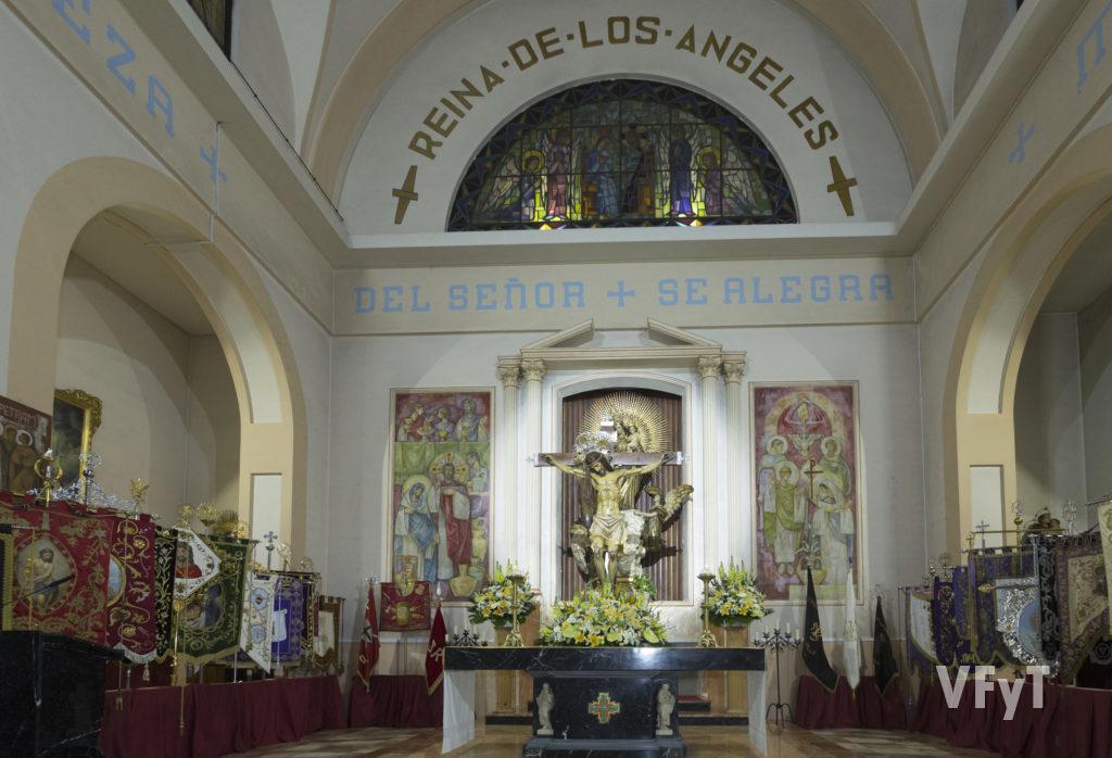 El altar mayor de la parroquia Nuestra Señora de los Ángeles, presidido por el Cristo del Salvador, patrón del Cabanyal, con los estandartes de la Semana Santa Marinera. Foto Manolo Guallart.