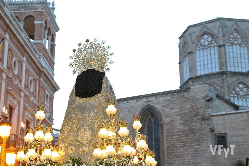La Virgen de los Desamparados en la procesión por la subida del Palau, punto más cercano a la parroquia de San Esteban. Foto de Manolo Guallart.